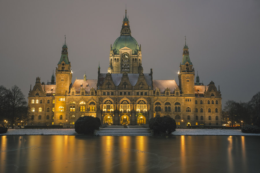 Neues Rathaus with frozen Maschsee in front. Hannover, Niedersachsen, Germany.